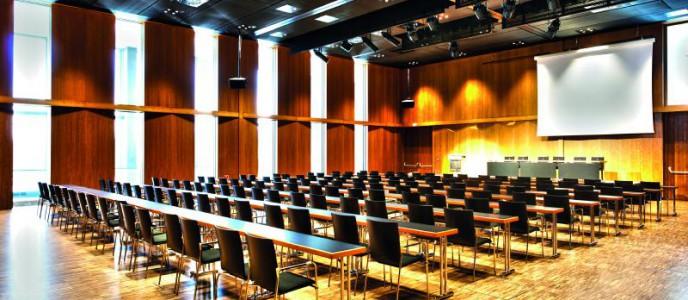 Auch für geschäftliche Anlässe von Vortrag bis Präsentation überzeugt die Stadthalle Reutlingen mit variablen Raumkonzepten (im Bild der Kleine Saal, bei Bedarf vierfach teilbar)