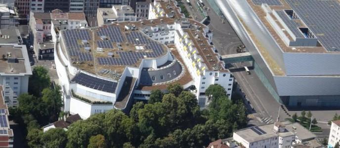 Solaranlage auf dem Dach des Congress Center Basel und der Halle 1