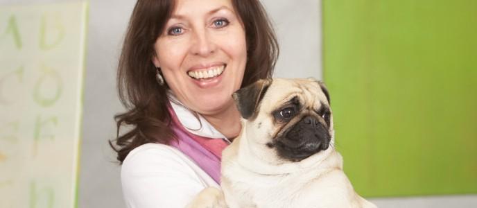 Sabine de Fries, Nachhaltigkeitsbeauftragte, mit Bürohund Hedwig