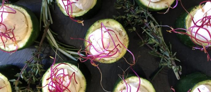 Kleine mit Peperoni Mousse gefüllte Zucchini